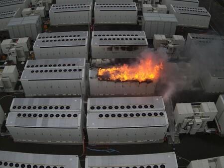 Hay un parque de baterías de Tesla ardiendo y los bomberos llevan días y días intentando apagarlo