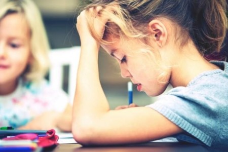 Según la OMS, los niños españoles se encuentran entre los más presionados por los deberes