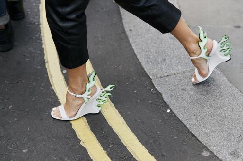 El street style sigue apostando por las llamas de Prada (y razones no le faltan)
