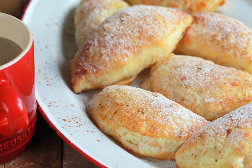 Empanadillas hojaldradas de plátano, queso y naranja. Receta de postre