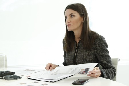 La reina Letizia apuesta sobre seguro en su última videoconferencia: una chaqueta de tweed perfecta para salvar todo tipo de looks