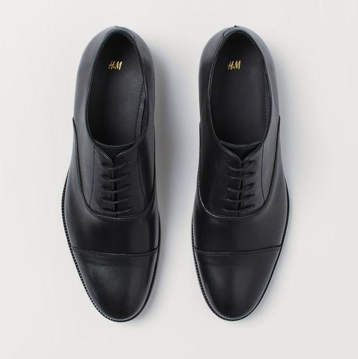 Zapatos Oxford de piel con cordones y punteras puntiagudas. Forro y plantillas de piel. Tacón 2,5 cm.