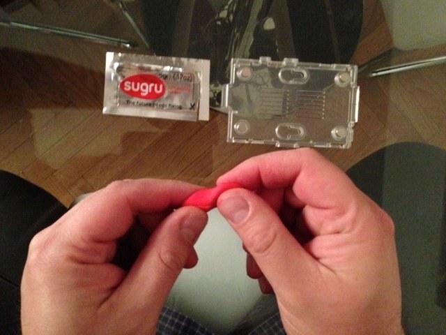 Modelando Sugru para hacer unas patitas para la Raspberry Pi