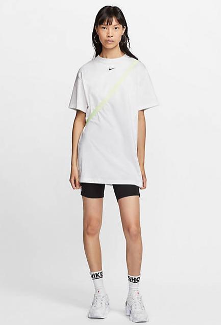 Vestido estilo camiseta extragrande con logo pequeño en blanco de Nike