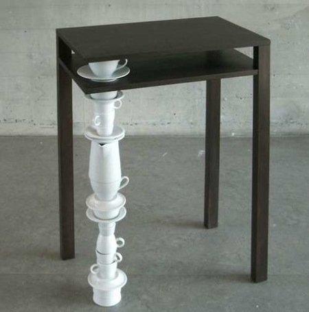 Una mala idea: patas de mesas hechas con juegos de té