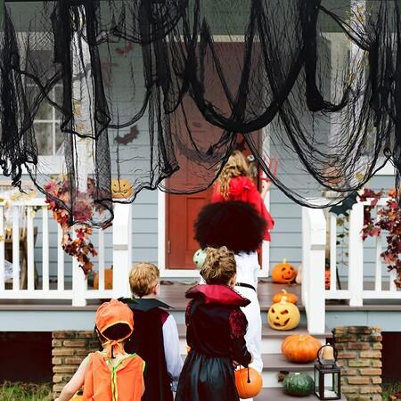 """Cinco ideas de decoración de puertas para Halloween y las mejores chocolatinas y caramelos con las que preparar el """"truco o trato"""" de este año"""