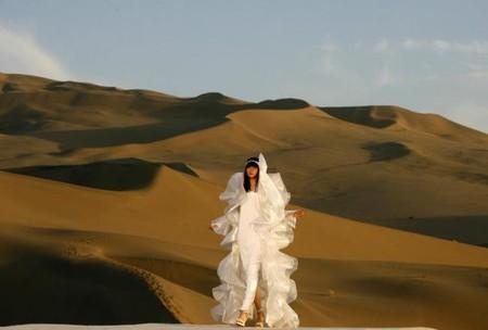 desfiles espectaculares de la historia moda pierre cardin 2008 desierto