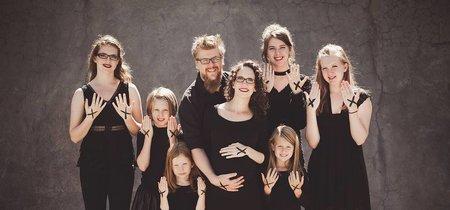 Tienen seis hijas y esperan... ¡otra niña! El original anuncio de una familia que se queja de los comentarios sexistas que tienen que soportar