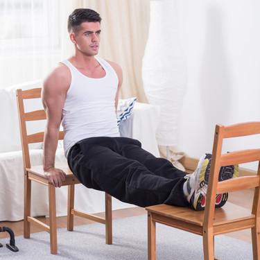 11 ejercicios que puedes realizar usando las sillas de tu casa y una rutina para poner en práctica