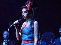 Amy Winehouse tiene unos cuernos que no le caben por la puerta