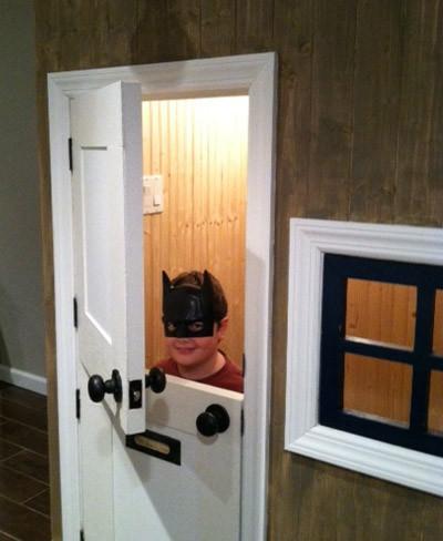 ¿Tienes escalera y quieres darle utilidad al hueco? Mira que bonita idea para que tus hijos tengan su casita