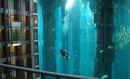 Un millón de litros de agua en el Aquadom del Radisson Blu Berlín, no todos los lobby de hotel son aburridos