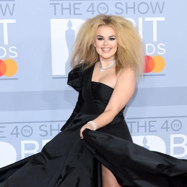 La alfombra roja de los BRIT Awards 2020 está llena de los looks más rocambolescos que te puedas imaginar