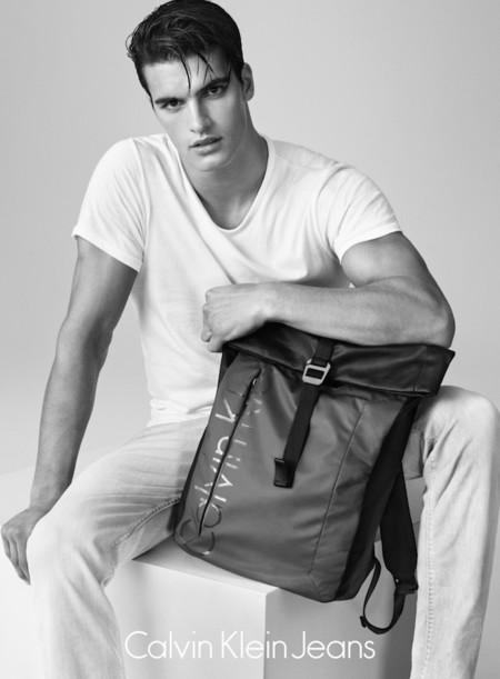 Matthew Terry lleva la simpleza del denim a nuevos niveles para Calvin Klein Jeans