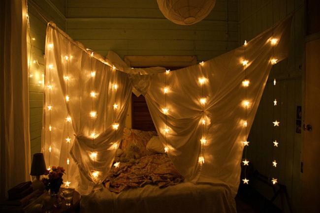Una cama con guirnalda de luces