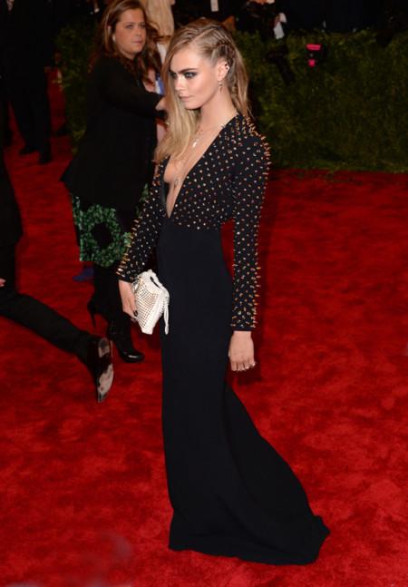Cara Delevingne en la gala del Metropolitan Museum of Arts de Nueva York en la celebración de Punk: Chaos to couture en 2013 luciendo un smoking vestido