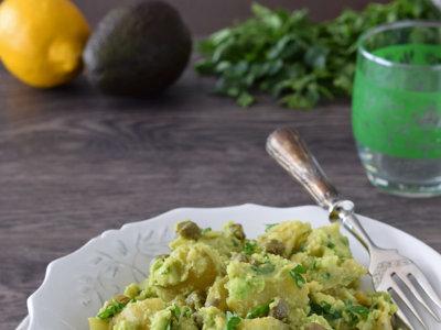 Ensalada de patata cremosa con salsa de aguacate. Receta saludable y fácil