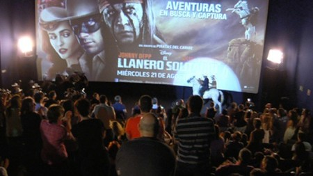 El llanero solitario recrea el tráiler de la película en una sala de los cines Kinépolis de Madrid