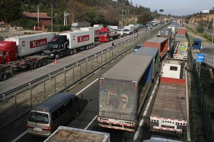 Camiones en las cunetas
