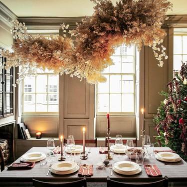 La Navidad según Zara Home se extiende por toda la casa con los colores y texturas más tradicionales;  rojos, verdes, cuadros y muchas ramas vegetales