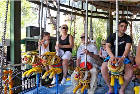 'Mayores al Parque': los abuelos madrileños que cuidan de sus nietos pueden entrar gratis al Parque de Atracciones este verano