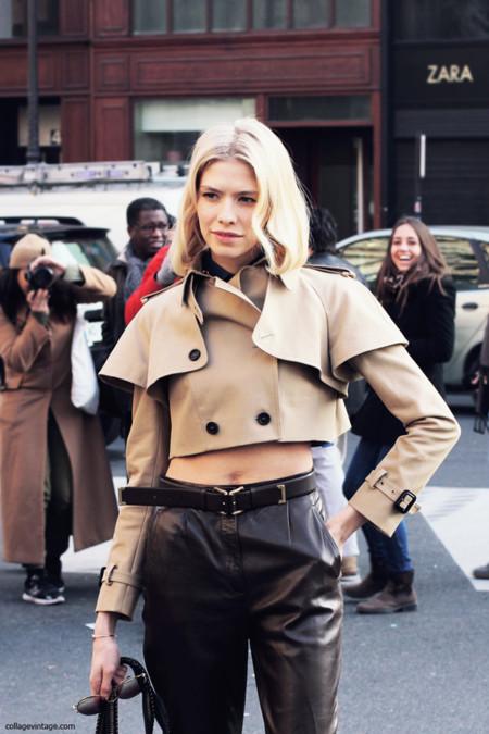 Elena Perminova con un trench corto de Burberry en la Semana de la Moda de Paris Febrero 2013