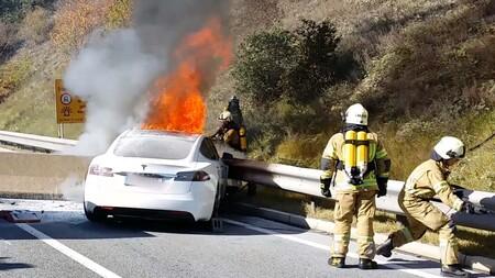 Tesla insiste que los incendios en autos eléctricos son menos comunes que los de autos a gasolina, segun su último reporte