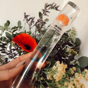 La nueva fragancia Flower by Kenzo Eau de Toilette huele a rosas y tiene un toque de limón súper fresco para llevar a todas horas