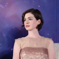 Lanvin de día, Chanel de noche... Anne Hathaway deslumbra en Shanghai