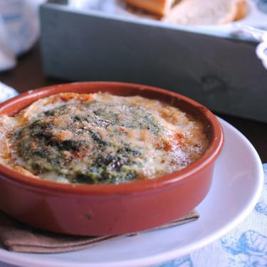Espinacas con bechamel y Torta del Casar: receta para aprovechar la carcasa del queso