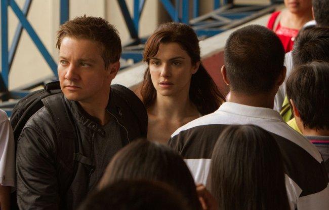 Jeremy Renner y Rachel Weisz en una escena de la película