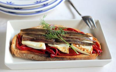 Receta de tosta de Burgo de Arias Lingote con anchoas y pimientos confitados