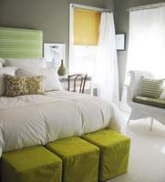 Una buena idea: Puff a los pies de la cama