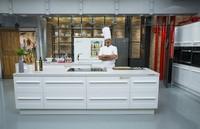Karlos Arguiñano se pasa al blanco en la nueva cocina de su programa
