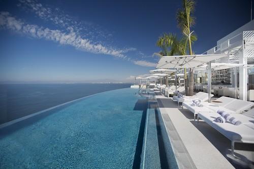 Sólo se vive una vez, así que por qué no reservar en una de estas 11 piscinas infinitas hechas para ti ¿Reservas?