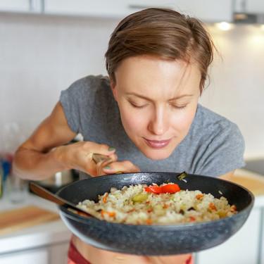 Cómo organizar las comidas si estás confinado en soledad (y 14 recetas fáciles y rápidas para comer solo, pero bien)