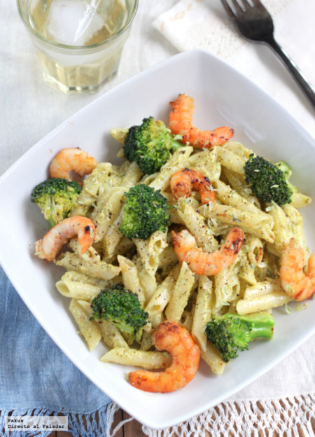Receta de macarrones al pesto con langostinos y brócoli