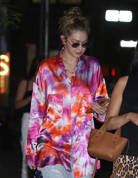 Gigi Hadid apuesta por el tie-dye oversize y gana en estilo a su hermana Bella