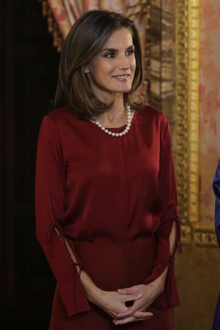 El look de la Reina Letizia con el que parece diez años mayor ¿serán las perlas?