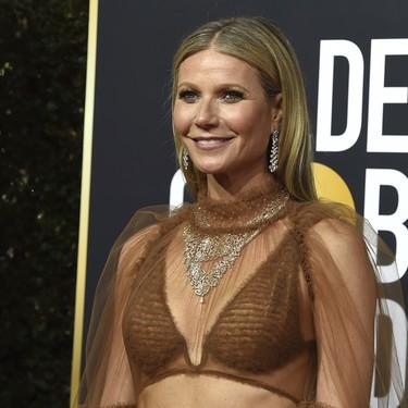 Gwyneth Paltrow apuesta por las transparencias más sugerentes (y patina) en la alfombra roja de los Globos de Oro 2020