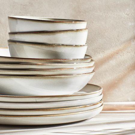 Vajilla de superficie vidriada de formas clásicas de líneas puras y estilo artesanal