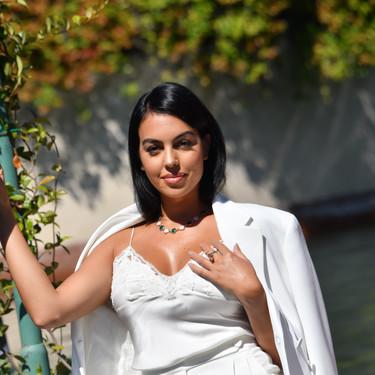 Georgina Rodríguez apuesta por un estupendo look de traje blanco en su primera aparición en el Festival de Cine de Venecia 2020
