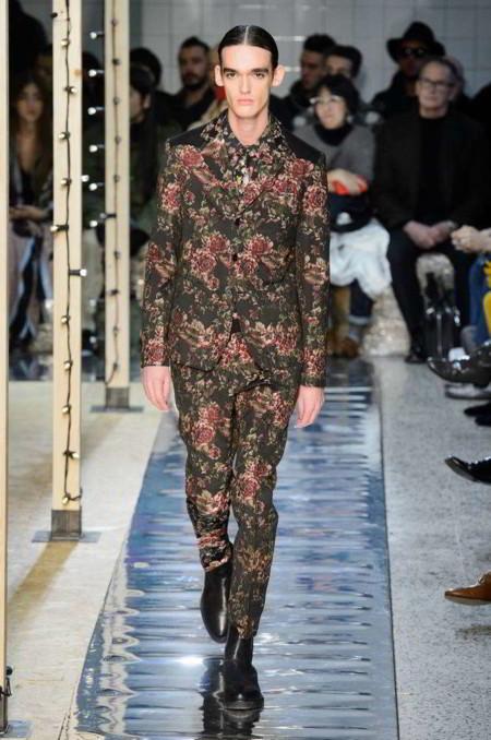 De la sala al armario: de cómo la moda adopta los prints de la tapicería vintage