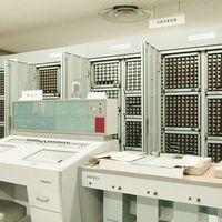 En Japón un técnico informático se encarga de que este ordenador de 1959 siga funcionando 60 años después