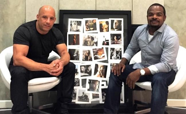 Vin Diesel y F. Gary Gray con fotos de la saga Fast and Furious