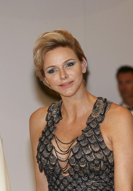 Charlene de Mónaco, más moderna que nunca con un Versace sirena y earcuff de diamantes, en el Baile de la Cruz Roja