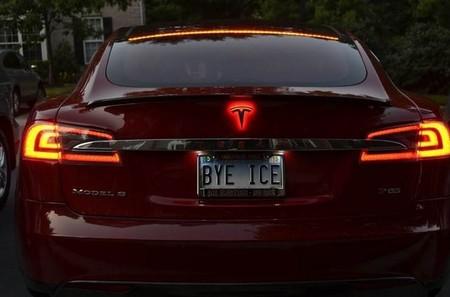 """Otra forma de tunear el Tesla Model S, ahora con una """"T"""" con luces LED"""
