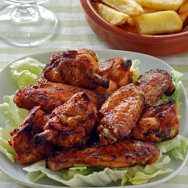 Alitas de pollo al horno con salsa harissa: receta picantona para picotear