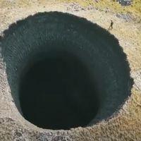 Un gigantesco agujero de 50 metros ha aparecido en mitad de Siberia, a medida que suben las temperaturas del lugar