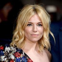 Londres se rinde ante una Sienna Miller espectacular en el estreno de Burnt